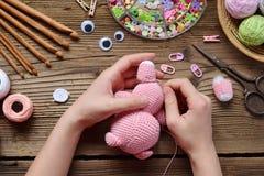 Fabrication du porc rose Faites du crochet le jouet pour l'enfant Sur la table filète, des aiguilles, crochet, fils de coton Étap photographie stock libre de droits