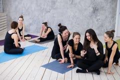 Fabrication du selfie Le groupe de filles dans la classe de forme physique à la coupure regardant le téléphone portable, heureux  Photo libre de droits