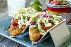 Fabrication du Tacos de poisson frais photographie stock