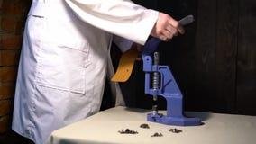 Fabrication en cuir faite main Artisan faisant la bourse en cuir Mains d'artisan faisant l'imprégnation en cuir dans la maison banque de vidéos