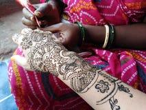 Fabrication indienne de tatouage de mehendi de henné en main image stock