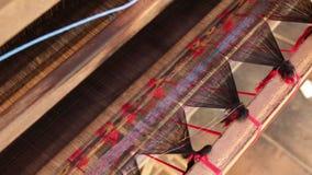 Fabrication indonésienne traditionnelle de textile dans les machines de tissage de village de métier, de fil de Wwooden et la cré clips vidéos