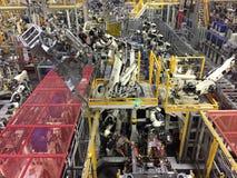 Fabrication industrielle d'automobile avec des soudeuses de Robt images stock