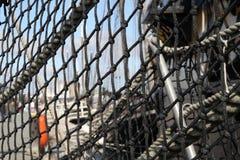 Fabrication noire abstraite sur le vieux bateau de tondeuse dans le port Photos libres de droits