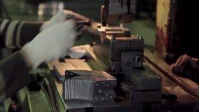 Fabricering av göt metallartiklar arkivfilmer