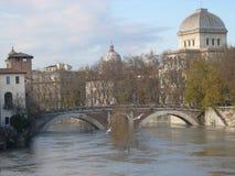 Fabricius bro i Rome i vinter med floden italy Arkivbilder