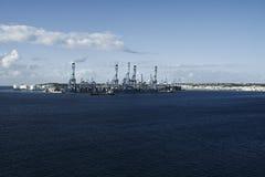 Fabriek bij het blauwe overzees stock foto