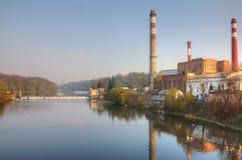 Fabriek bij rivierdam Royalty-vrije Stock Afbeeldingen
