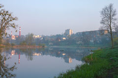 Fabriek bij rivierdam stock fotografie