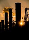 Fabriek bij Zonsondergang Stock Afbeeldingen