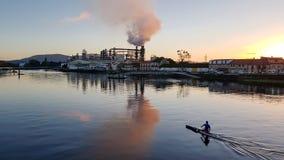 Fabriek in de blazende rook als achtergrond stock fotografie