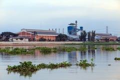 Fabriek dichtbij de rivier Royalty-vrije Stock Afbeeldingen