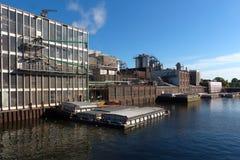 Fabriek en lawaai van fabriek tegen hemel op rivier royalty-vrije stock foto