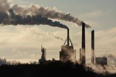 Fabriek en rook stock afbeeldingen