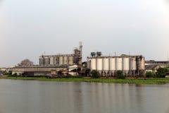 Fabriek en silo dichtbij de rivier Royalty-vrije Stock Foto