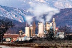 Fabriek in het midden van een groene weide Stock Fotografie