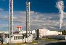 Fabriek met een schoorsteen en een rook Stock Afbeeldingen