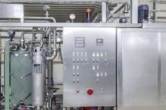 Fabriek om dranken in blikken te bottelen stock afbeeldingen