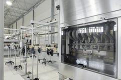 Fabriek om dranken in blikken te bottelen stock fotografie
