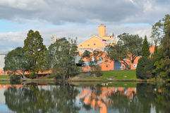 Fabriek in park Stock Afbeeldingen