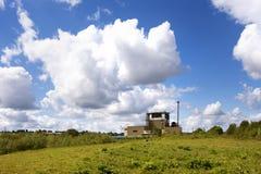 Fabriek tegen blauwe hemel Royalty-vrije Stock Foto's