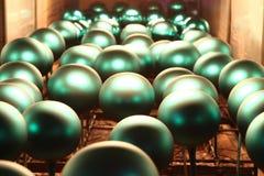 Fabriek van Kerstmisspeelgoed De arbeider blaast uit het glas B royalty-vrije stock afbeelding