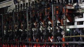 Fabriek voor de productie van flessen, glasinstallatie stock videobeelden