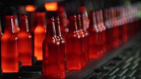 Fabriek voor de productie van flessen, glasinstallatie stock footage