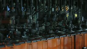Fabriek voor de productie van flessen, glasinstallatie stock video