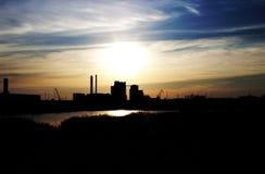 Fabriek in zonsondergang Royalty-vrije Stock Afbeeldingen