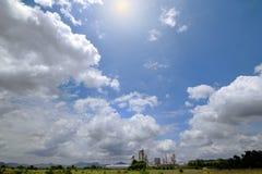 Fabrieken en bergen in de donkere hemel en de mooie wolk Stock Afbeelding