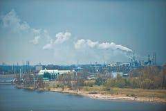 Fabrieken in industriële haven Royalty-vrije Stock Afbeeldingen