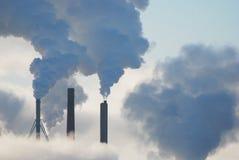 Fabriekenstoom en wolken Stock Fotografie