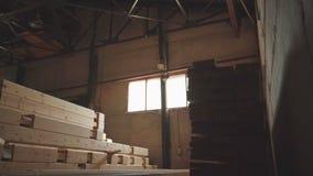Fabrieks algemeen plan: de productie van gelamineerd vernisjetimmerhout stock videobeelden