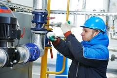 Fabrieksarbeider aan het installatiewerk stock foto's
