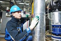 Fabrieksarbeider aan het isolatiewerk Stock Fotografie