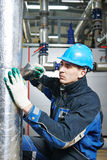 Fabrieksarbeider aan het isolatiewerk Stock Foto