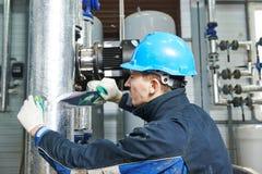 Fabrieksarbeider aan het isolatiewerk royalty-vrije stock foto's