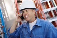 Fabrieksarbeider die Celtelefoon met behulp van Stock Afbeeldingen