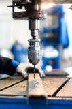 Fabrieksarbeider die een mechanische boormachine met behulp van Royalty-vrije Stock Foto