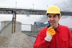 Fabrieksarbeider in een fabriek stock afbeelding