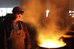 Fabrieksarbeider in een gieterij stock afbeeldingen