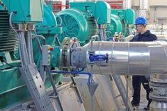 Fabrieksarbeider in Elektrische centrale stock foto
