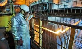 Fabrieksarbeider en oven royalty-vrije stock afbeelding