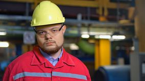 Fabrieksarbeider in het eenvormige stellen op bedrijf stock videobeelden