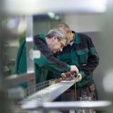 Fabrieksarbeider het malen in productieinstallatie Royalty-vrije Stock Fotografie