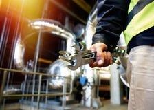 Fabrieksarbeider met moersleutel op fabrieksworkshop royalty-vrije stock foto's
