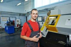 Fabrieksarbeider op hulpmiddelworkshop Royalty-vrije Stock Afbeeldingen