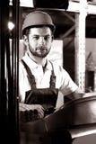 Fabrieksarbeider op vorkheftruck royalty-vrije stock afbeelding