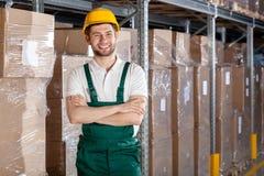 Fabrieksarbeider in pakhuis stock foto